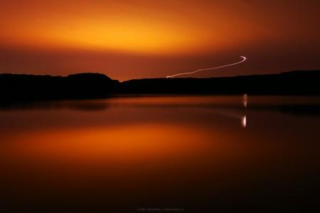 Urma unui avion decoland de pe aeroportul din Arad surprinsa la lacul Ghioroc