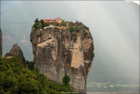 Nori de ploaie deasupra Manastirii Sfanta Treime
