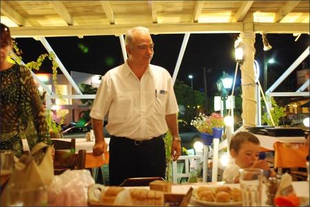 Patronul restaurantului in asteptarea platii